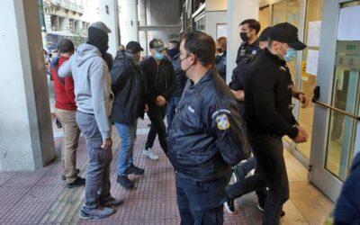 Δικαστήρια Πειραιά: Με χειροπέδες και υπό χειροκροτήματα οι επτά αστυνομικοί της καταδίωξης στο Πέραμα (video)