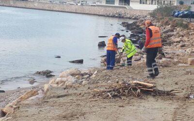 Δήμος Πειραιά: Εργασίες καθαρισμού στις παραλίες Φρεαττύδα και Βοτσαλάκια
