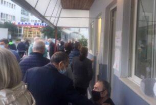Εικόνες ντροπής στο νοσοκομείο Μεταξά: Συνωστισμένοι καρκινοπαθείς περιμένουν όρθιοι επί ώρες!
