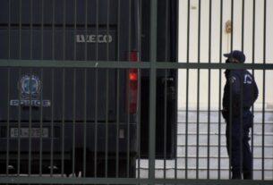 Σωφρονιστικός υπάλληλος πήρε 1.000 ευρώ για να εισάγει κινητό στη φυλακή